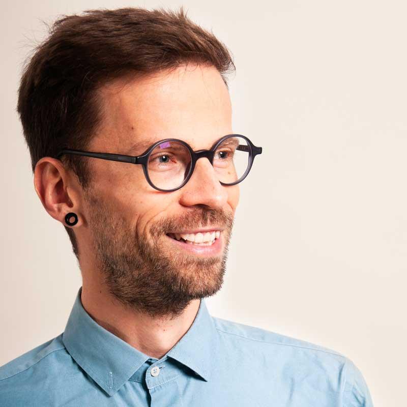 Florian Daill ist Personenzentrierter Psychotherapeut, Coach und Supervisor im Therapiecafé Wien 15