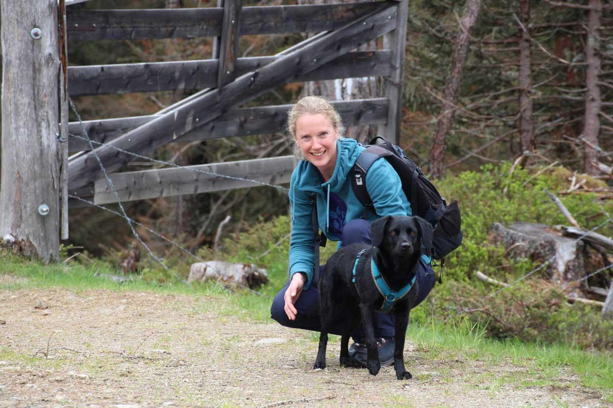Sabine Schusser, Klinische Psychologin und Gesundheitspsychologin im Therapiecafé Wien 15 bietet mit ihrer Hündin Cleo Hundgestützte Therapie